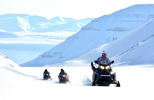 snowmobile-expedition-spitsbergen-wildlife-wilderness-dog-smedding-adventure
