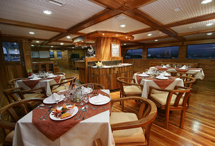 dining-room-wildlife-yacht-lodge-safari-galapagos.jpg